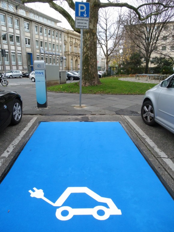 Die ISOR rollt für Elektromobile den blauen Teppich aus. Bild © Martin Behrs.