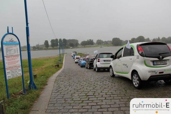 So viele Elektrofahrzuge warteten noch nie auf die Fähre. Bild © TBS1.