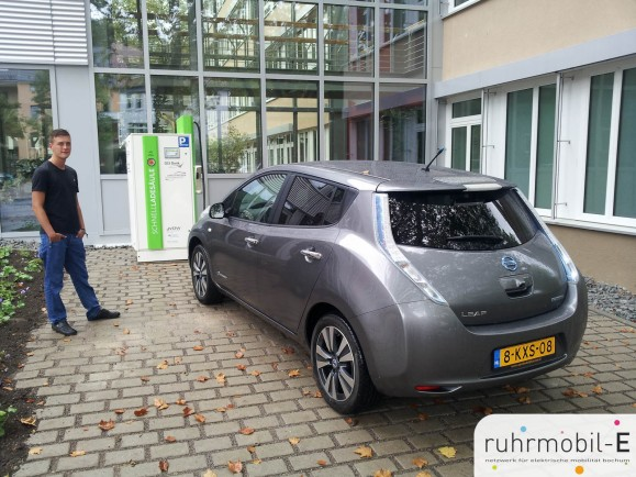 Ein Nissan aus den Niederlanden testet die ein Tag zuvor eröffnete Schnelladesäule der GLS-Bank. Photo © TBS1.