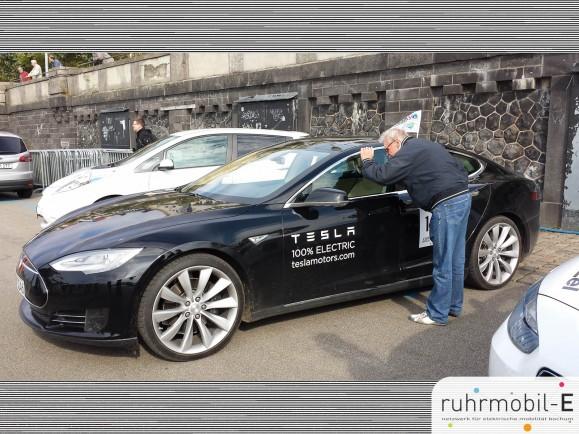 Das Tesla Model S zieht viel Aufmerksamkeit auf sich. Photo © TBS1.
