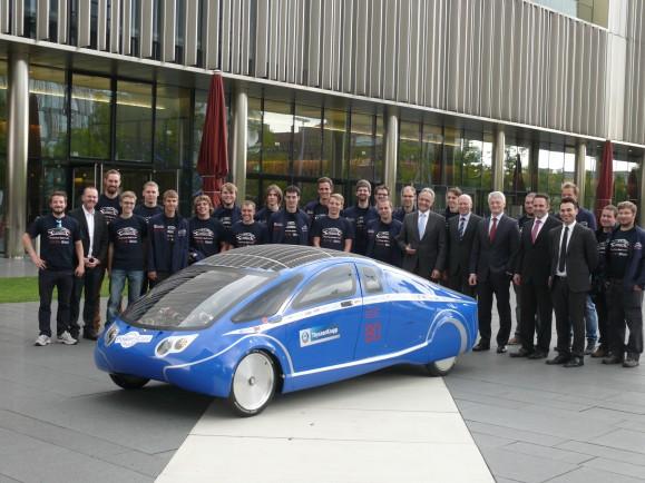 Der PowerCore SunCruiser und sein Konstruktionsteam vor dem Start nach Australien. Bild @ Hochschule Bochum.