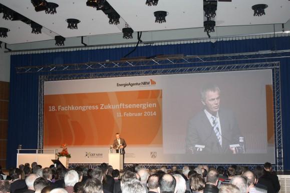 NRWs Minister für Klimaschutz, Umwelt, Landwirtschaft, Natur- und Verbraucherschutz Johannes Remmel eröffnet den 18. Fachkongress Zukunftsenergien. Bild © Katja Nikolic.