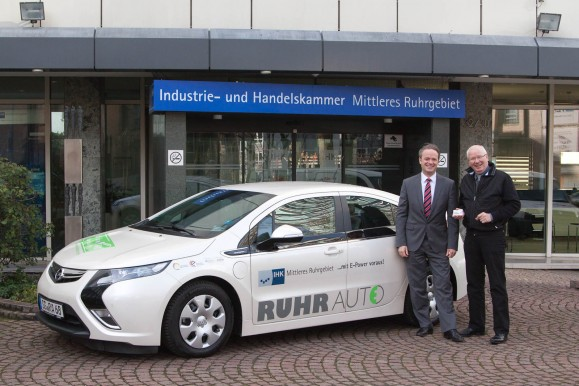 Andreas Allebrod, Geschäftsführer der Drive-CarSharing GmbH (r.), und Rouven Beeck, Geschäftsbereichsleiter Industrie und Verkehr der IHK, mit dem neuen Opel Ampera der IHK.
