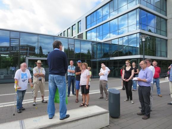 Thomas Krause begrüßt die Teilnehmer der Tour de Ruhr in Gelsenkirchen.