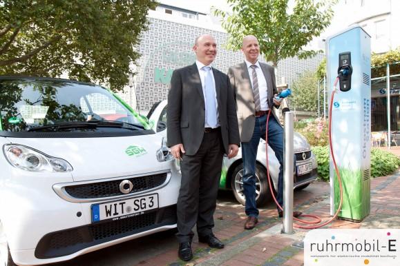 Stadtwerke Witten Geschäftsführer Uwe Träris und Prokurist Rainer Altenberend präsentieren die neue Ladesäule in Witten. Bild © Ernesto Ruge.