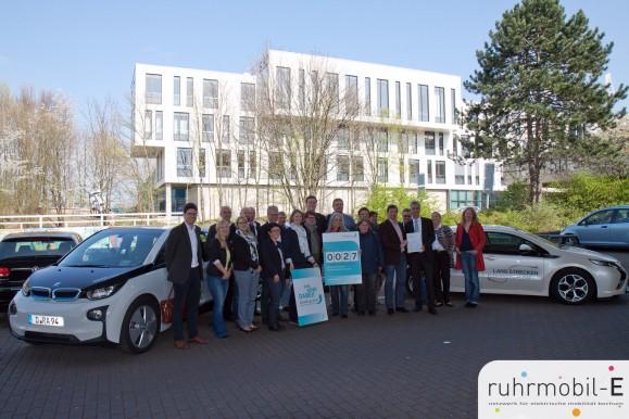 Die Mobil.Pro.Fit Teilnehmer präsentierten vor einem RUHRAUTOe- und zwei Ruhr-Universitäts-Elektrofahrzeugen die soeben gewonnene KlimaExpo.NRW-Auszeichnung.