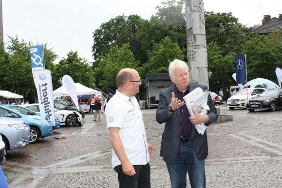 Christof Schumann, Geschäftsführer vom Kfz-Sachverständigenbüro Schumann im Gespräch mit Ullrich Sierau, Oberbürgermeister der Stadt Dortmund